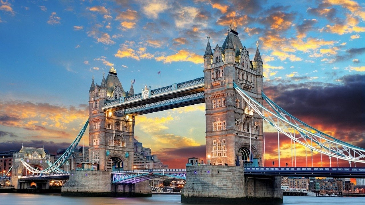 Tentang London's Towers Bridge